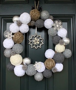 Corona de Navidad con bolas de hilo