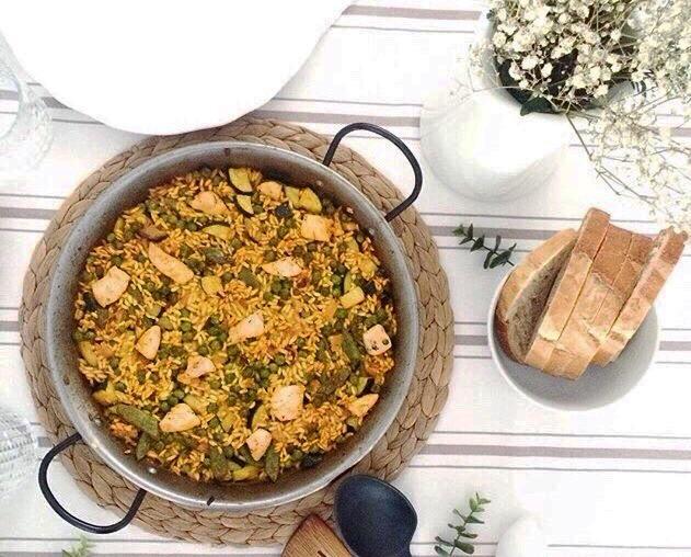 Paella al horno de pollo con verduras