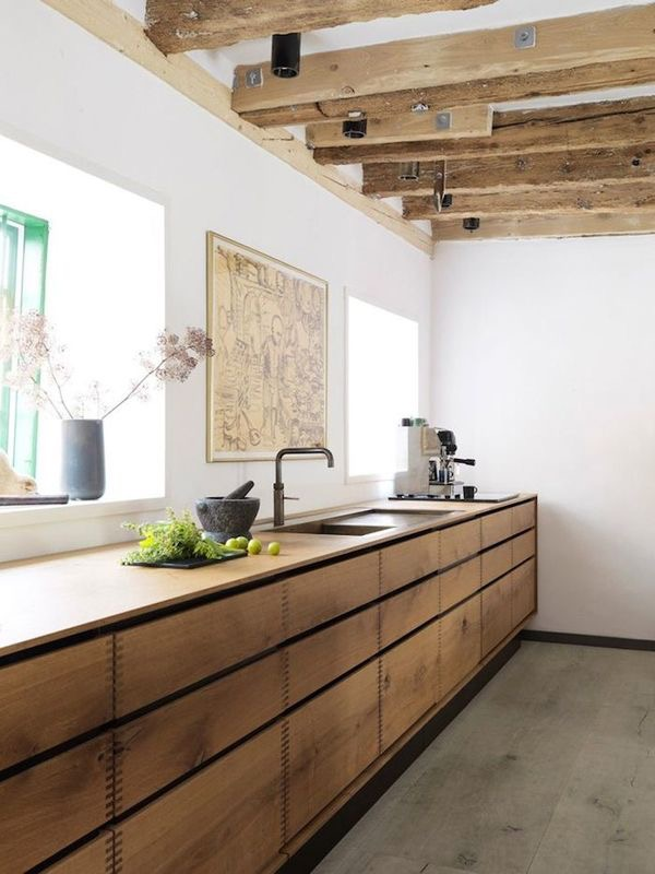 Cocina de madera con vigas